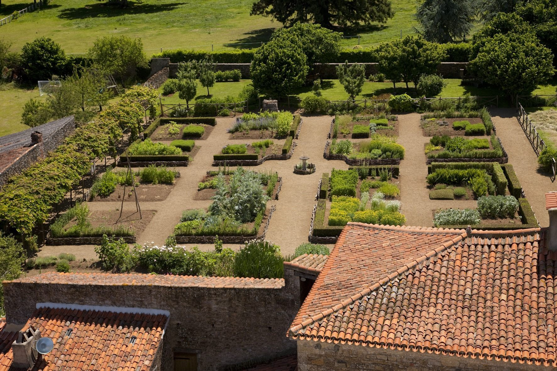 Vue sur le jardin médiéval de la tour du Donjon de Bazoges-en-Pareds