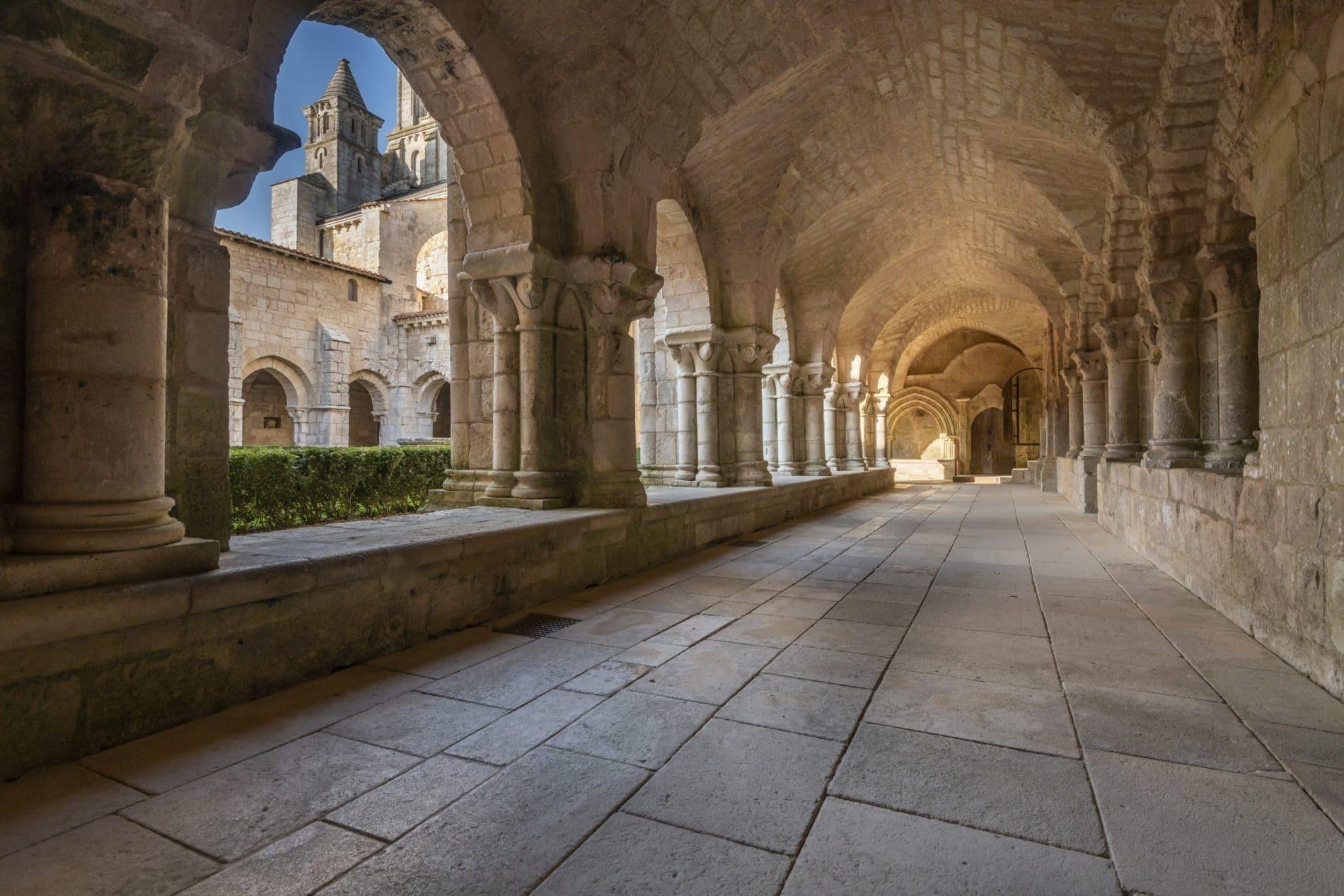 Cloitre de l'Abbaye de Nieul-sur-l'Autise ©Julien Gazeau